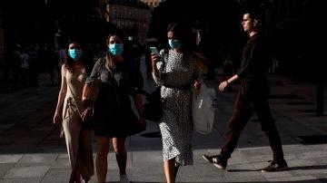 Varias mujeres con mascarilla contra el coronavirus