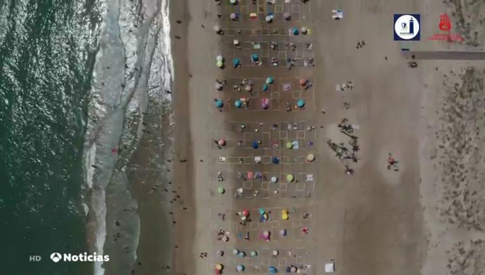 Un dron muestra la impecable distribución de bañistas en las playas de Valencia por el coronavirus