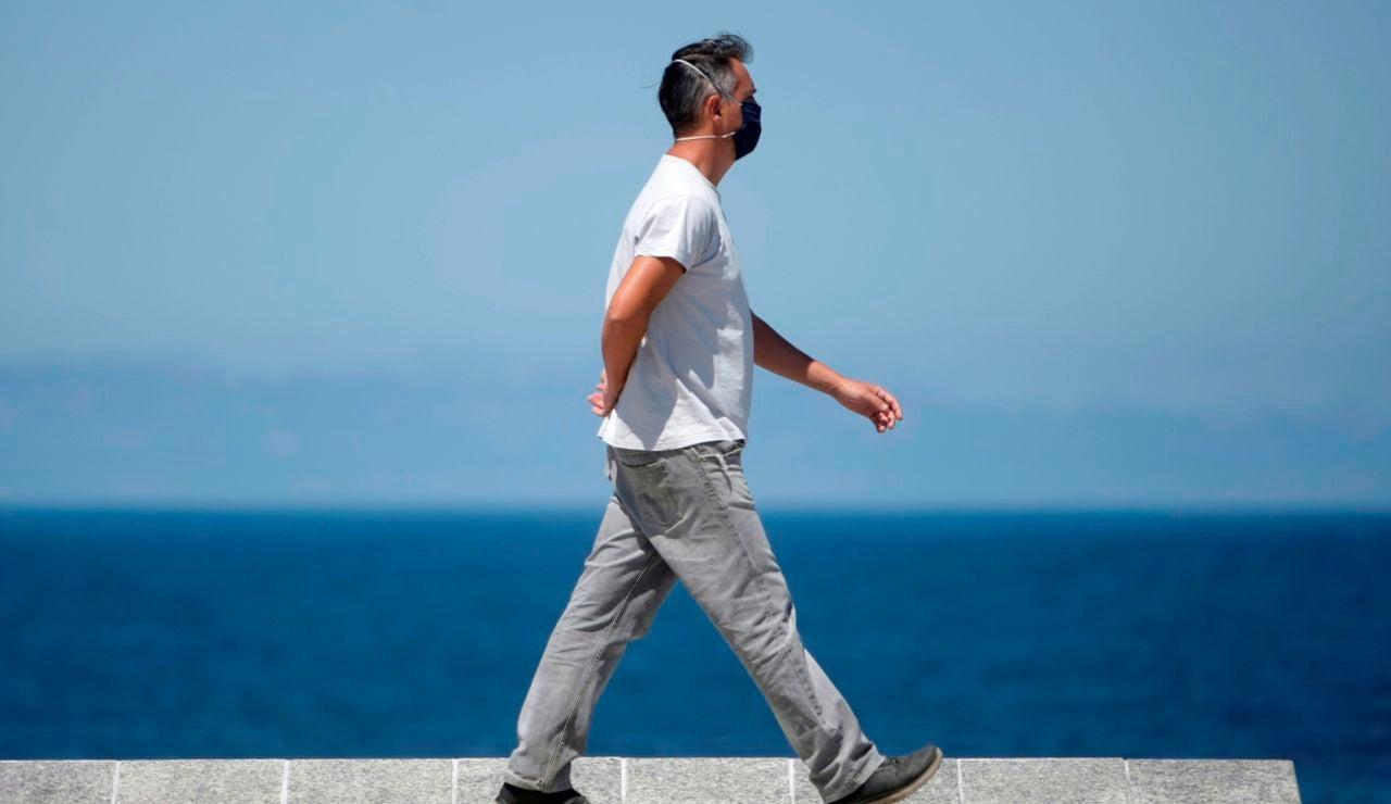 Un hombre camina este viernes por el paseo marítimo de A Coruña.