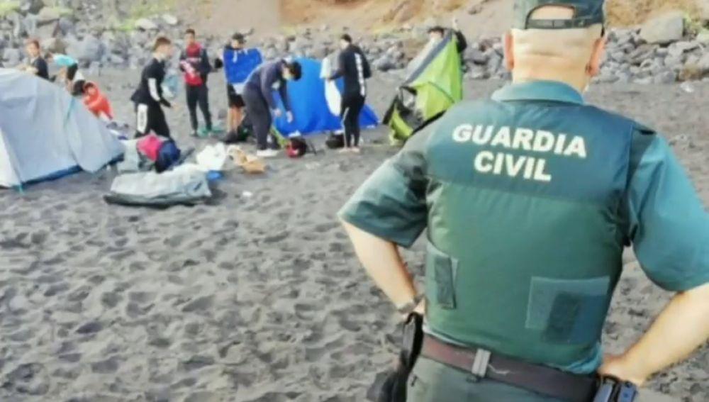 Un grupo de 62 personas queda en la playa para difundir el coronavirus en Tenerife