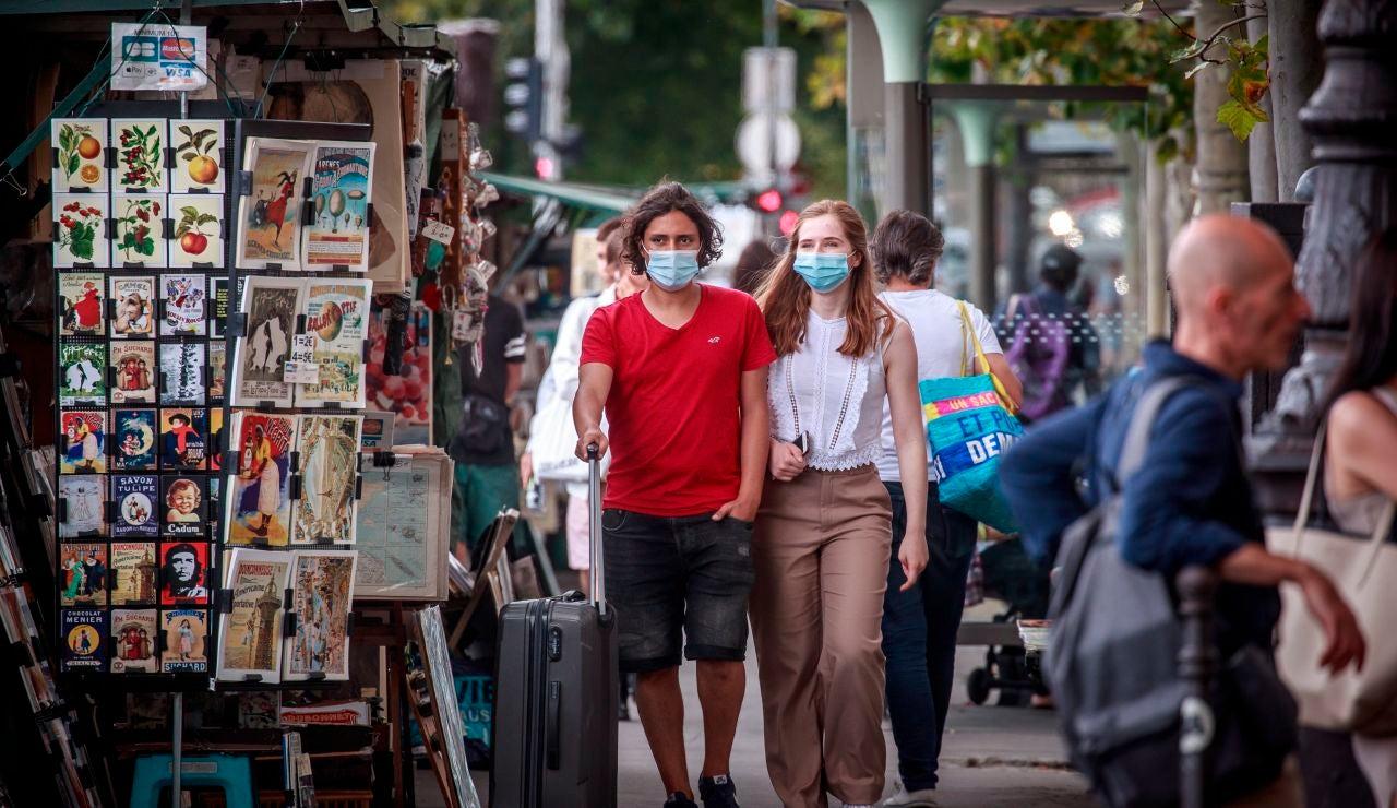 Dos mujeres con mascarilla contra el coronavirus