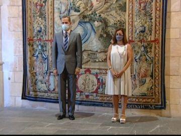 El rey Felipe VI recibe en audiencia a la presidenta de Baleares, Francina Armengol en el Palacio de Almudaina en Mallorca, este lunes.