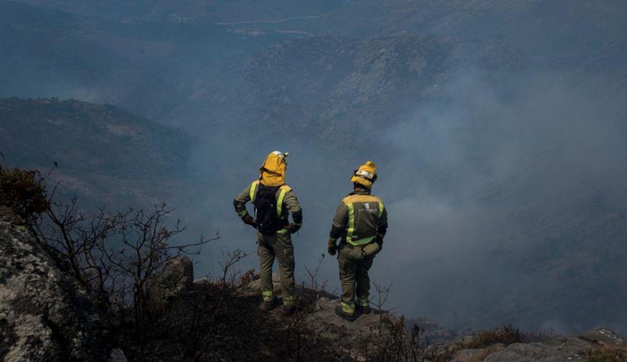 Los bomberos trabajan contra el incendio de Lobios en Ourense