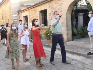 Los reyes y sus hijas visitan la localidad mallorquina de Petra una semana después de la marcha de Juan Carlos I