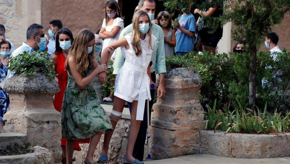 La infanta Sofia reaparece con muletas en Baleares