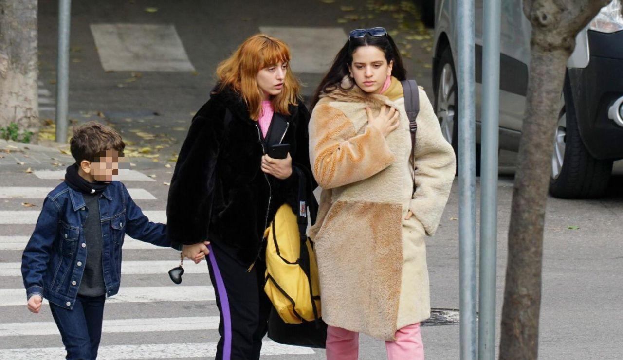 La cantante Rosalía Vila y su hermana Pilar Vila por las calles de Barcelona