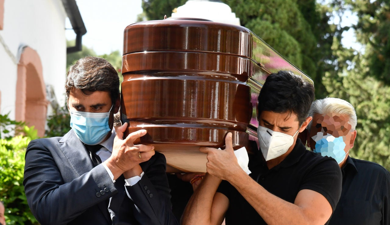Jesulín de Ubrique y Víctor Janeiro portando el féretro de su padre