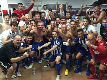 La plantilla del CD Alcoyano celebra una victoria en el vestuario