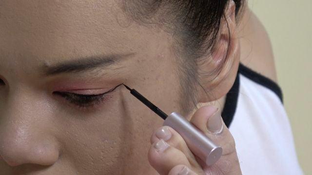 Una mujer sin brazos arrasa con sus increíbles tutoriales de maquillaje usando los pies