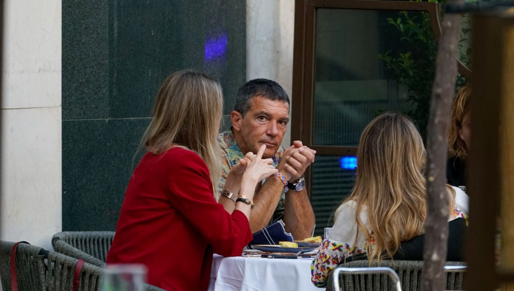 Antonio Banderas junto a su novia Nicole Kimpel