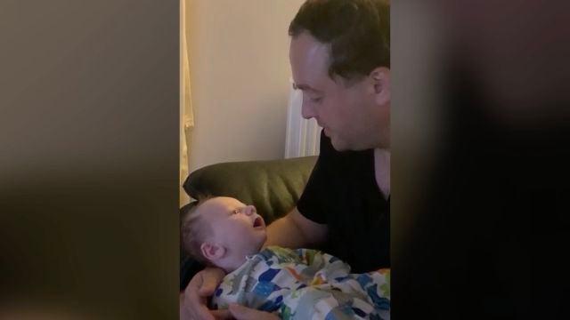 un bebé dice su primera palabra con sólo ocho semanas de edad