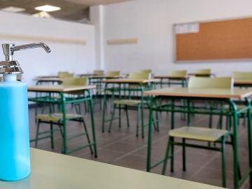 Un dispensador de gel hidroalcohólico en un aula de un colegio