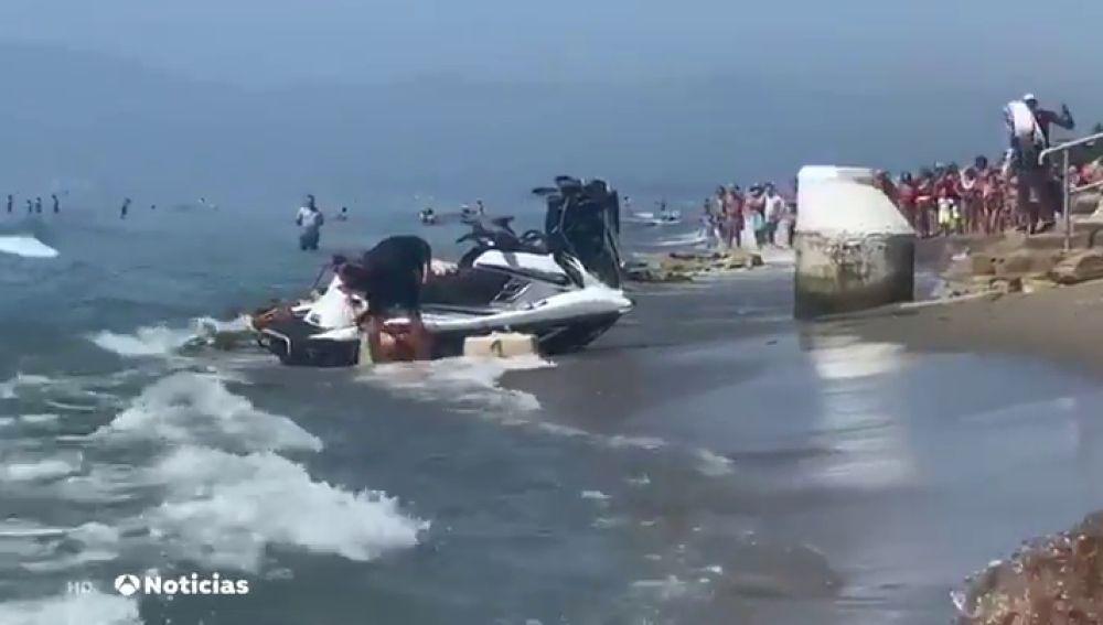 Dos motos de agua cargadas de droga irrumpen en plena playa de Marbella llena de bañistas