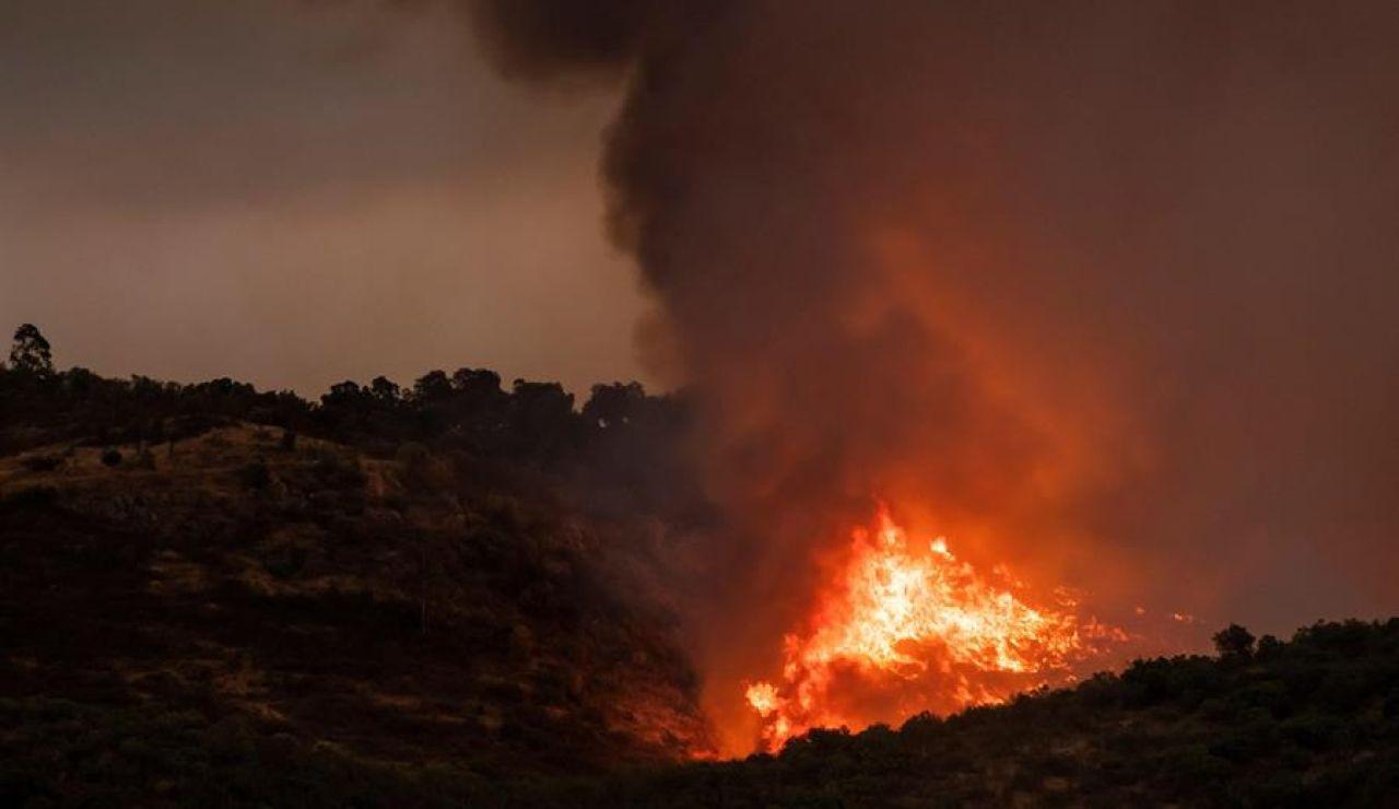 El humo provocado por el incendio en Almonaster la Real (Huelva) se extiende hasta Jaén y Córdoba