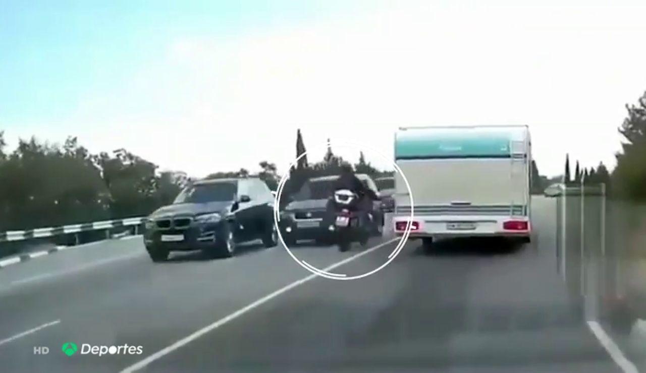 Espeluznante accidente de un motorista que invadió el carril contrario de forma ilegal para adelantar a una caravana