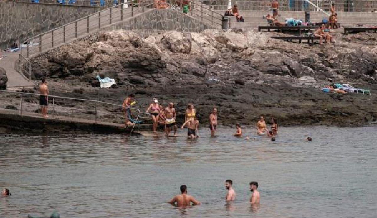 Bañistas en la playa de Arinaga, en el municipio grancanario de Agüimes