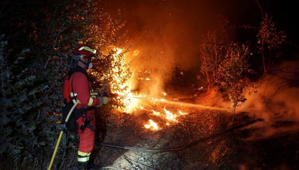 Un dispositivo de más de 200 efectivos lucha por apagar las llamas en Almonaste la Real