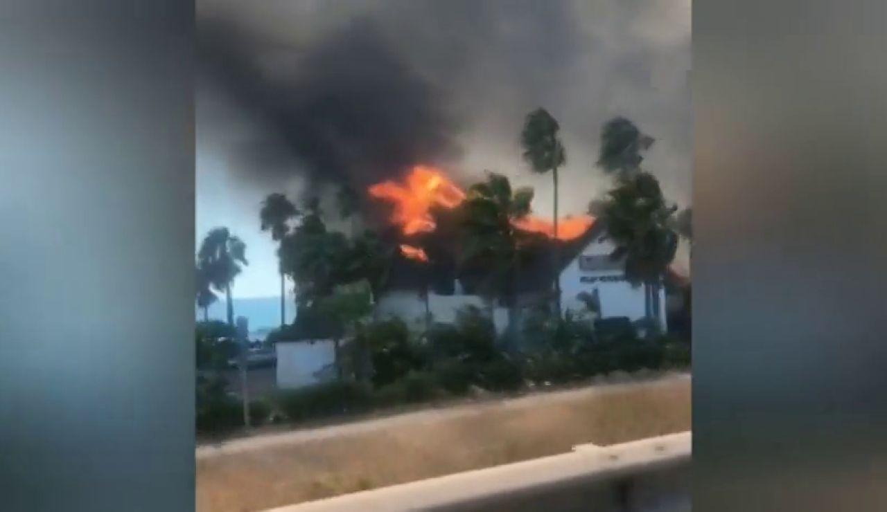 Un incendio forestal en Estepona calcina un centro comercial y afecta gravemente a un hotel