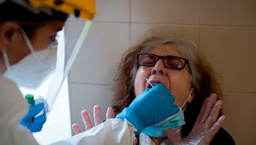 Una enfermera realiza una prueba PCR en el Complejo Hospitalario Universitario de Ourense