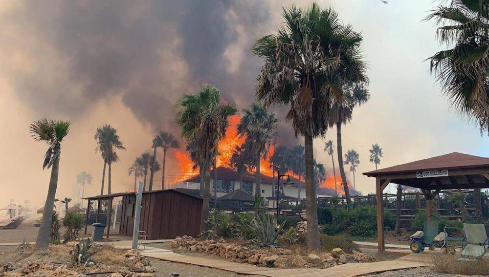Vista del incendio forestal de este sábado en Estepona (Málaga)