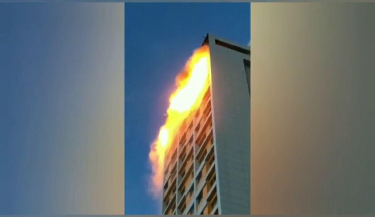 Extinguido un aparatoso incendio en un edificio de viviendas en el barrio madrileño de Hortaleza