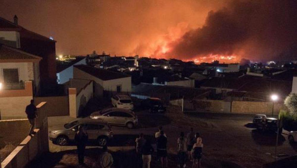 Imagen del incendio declarado en Almonaster de la Real (Huelva)