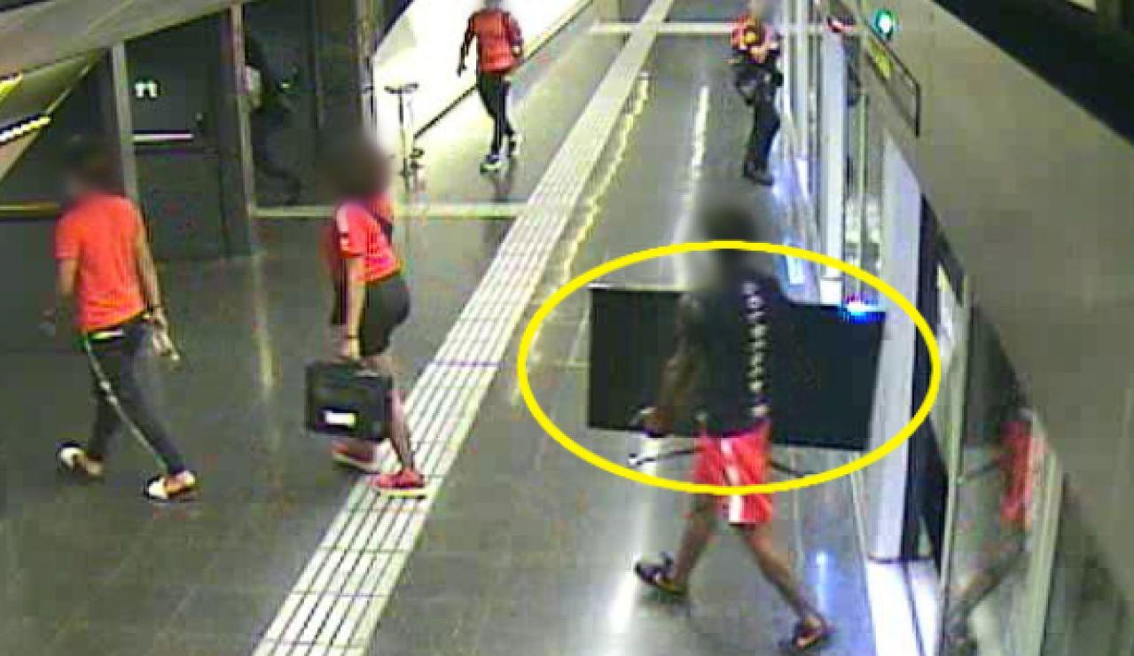 Las cámaras del metro de Barcelona sorprenden a unos ladrones con una tele robada tras asaltar la casa de una anciana