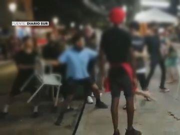 Dos clientes agreden a los camareros de un chiringuito de Málaga al recriminarles ir sin camiseta
