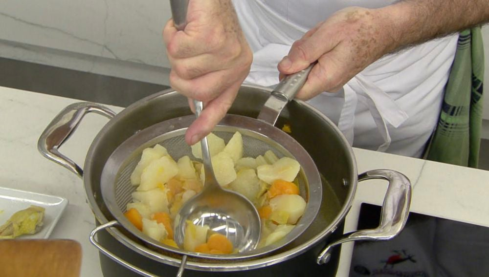 El agua de las verduras, el mejor manjar para una sopa de fideos con champiñón y pollo