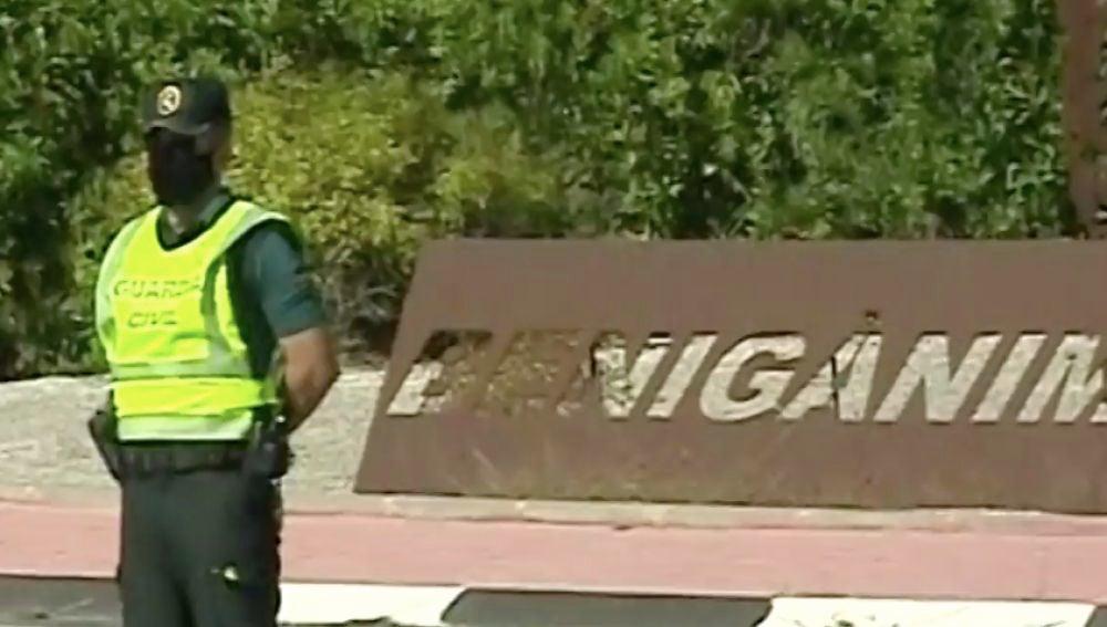 Controles policiales a la entrada de Benigànim tras aprobarse un confinamiento del municipio durante 14 días