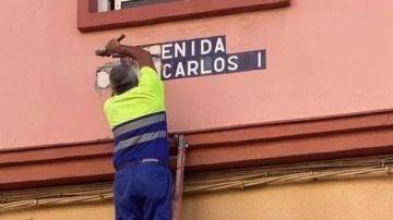Kichi cambia en tiempo récord el nombre de la avenida Juan Carlos I, en Cádiz