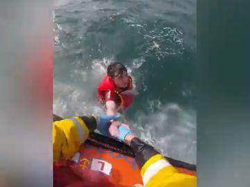 """Un joven de 17 años que hacía paddle surf en Gales salva la vida gracias al móvil: """"¡Me estoy ahogando!"""""""