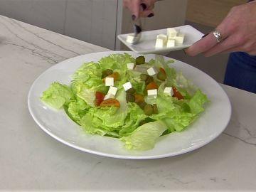 Esta es la mejor manera para no excederte de sal recomendada en las ensaladas