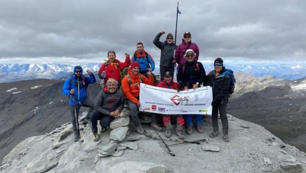 """Tres montañeros ciegos hacen cima en el Grande Sassière a 3.751 metros: """"Ha sido una ascensión muy dura"""""""