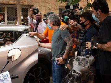 El padre de Leo Messi confirma ahora que el futbolista estudia seguir un año más en el Barcelona y marcharse libre