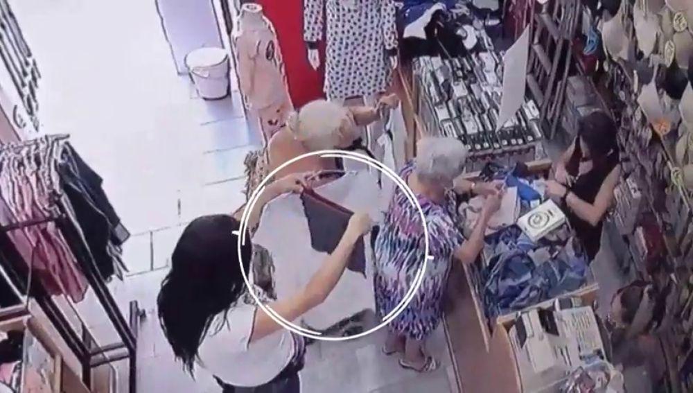 El vídeo de como 2 mujeres roban la cartera a una anciana en una tienda
