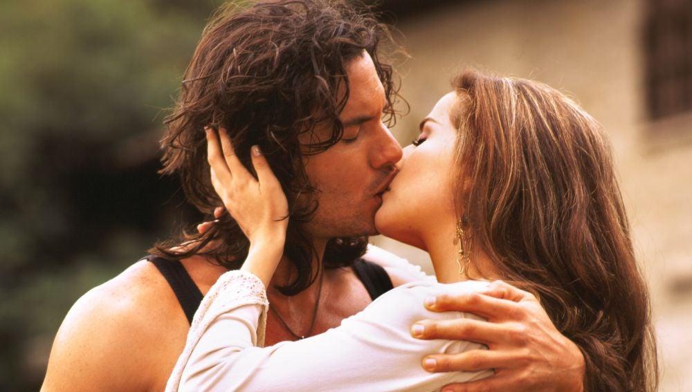 Mario Cimarro y Danna García como Juan Reyes y Norma Elizondo en 'Pasión de Gavilanes'