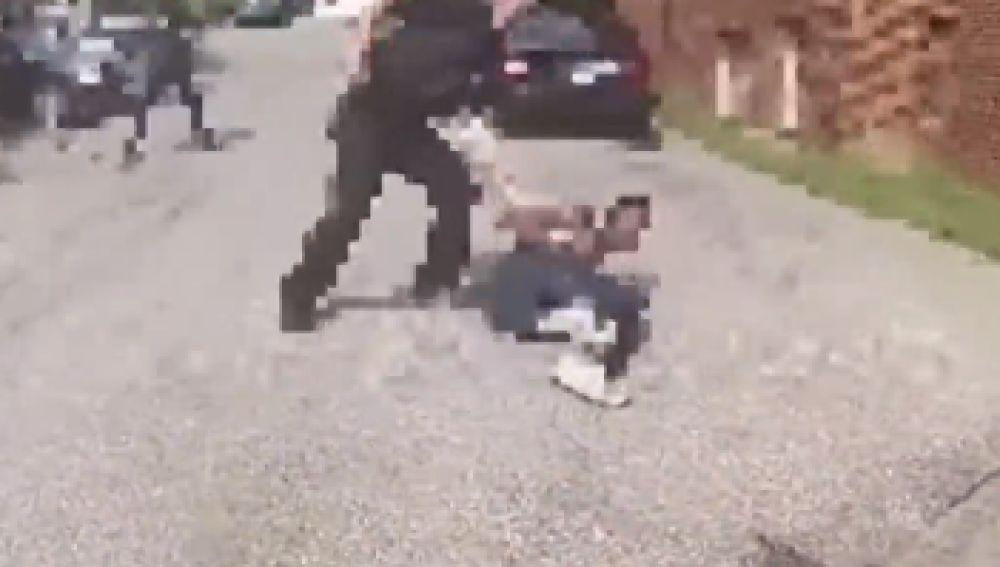 Un agente abate a tiros a un hombre afroamericano armado en Washington, Estados Unidos