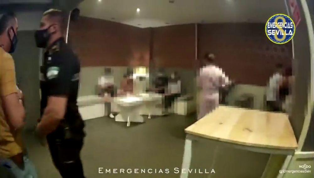 Precintan un bar en Sevilla tras hallar a a 19 personas en su interior sin mascarillla y sin distancia de seguridad