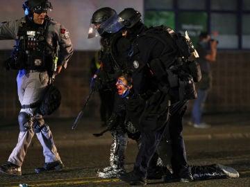 Duros enfrentamientos entre manifestantes y policías en Portland cuando se cumplen 100 días de la muerte de George Floyd