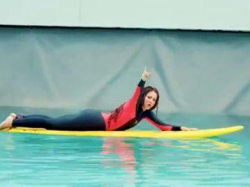 Shakira muestra su destreza surfeando las olas