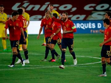 Los jugadores de España celebran el gol de Ramos