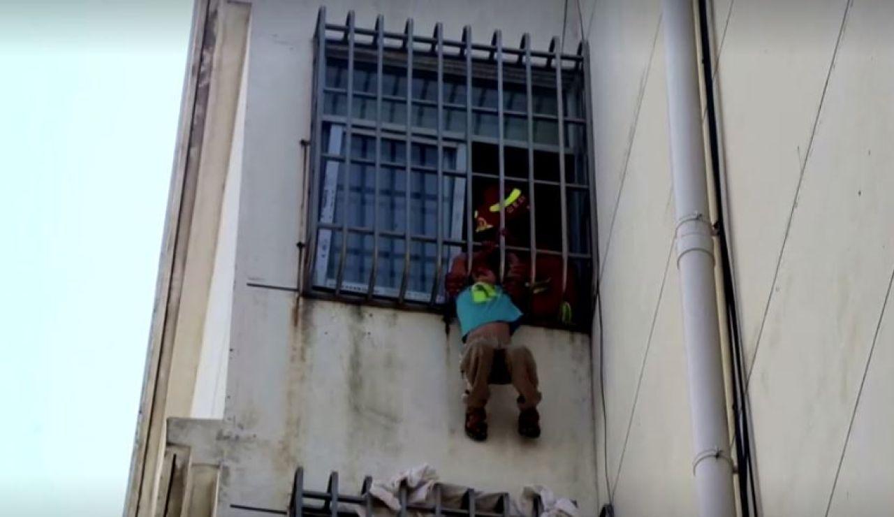 Niño chino atrapado en un edificio