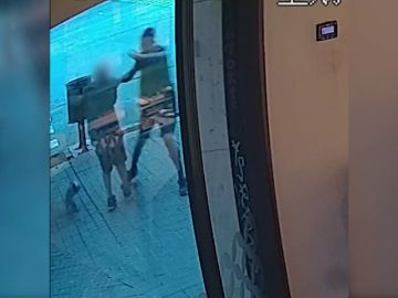 Detienen a un ladrón que robaba violentamente joyas a personas mayores en Barcelona