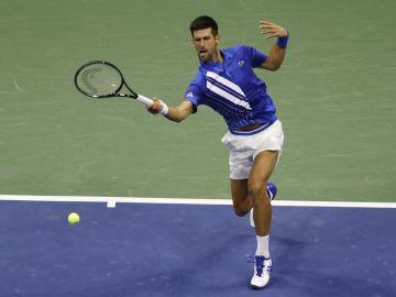 Djokovic, descalificado del US Open tras dar un pelotazo a una jueza de línea