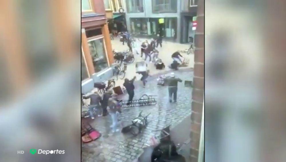 Terrible batalla campal entre ultras antes de un partido amistoso en Holanda