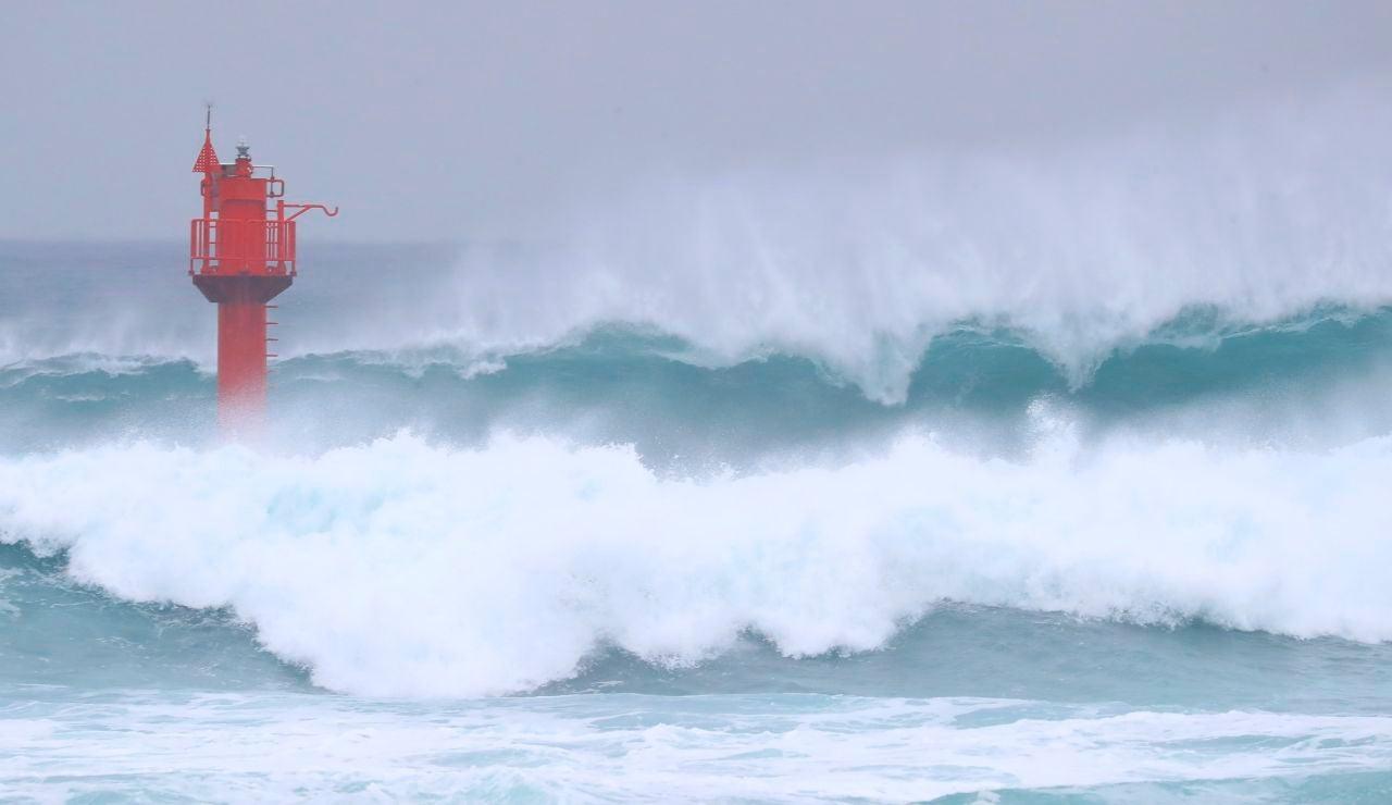 Fuerte oleaje por el avance del tifón Haishen