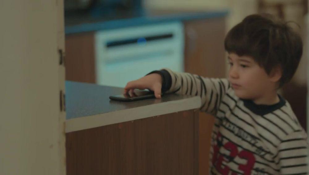 Doruk y Nisan deciden coger el móvil de Sirin para llamar a su madre, Bahar.