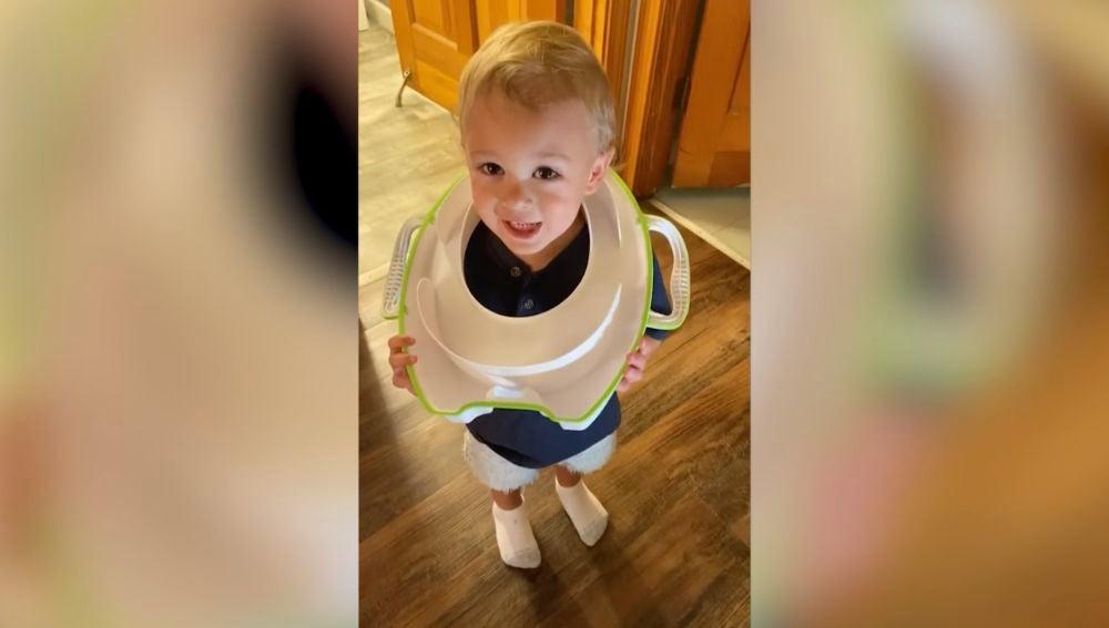 Se le queda el asiento del inodoro atrapado en la cabeza a un niño de dos años