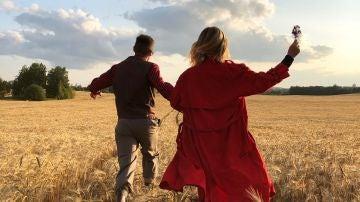 Una pareja corriendo por un campo